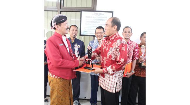 aqua-klaten-terima-gubernur-award
