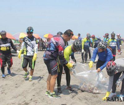 Karyawan AQUA Klaten Bersih Sampah parangtritis